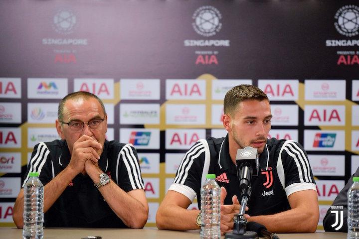 画像:前日会見に出席したサッリ監督とデ・シリオ選手