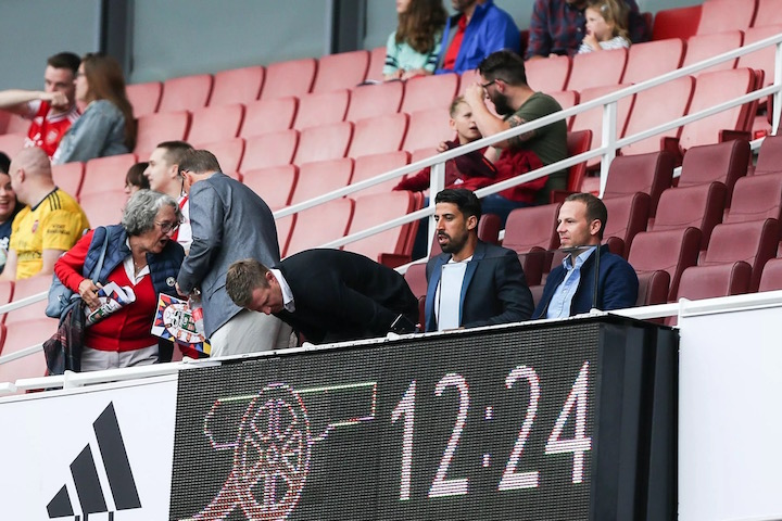 画像:エミレーツ・スタジアムで試合を観戦するケディラ