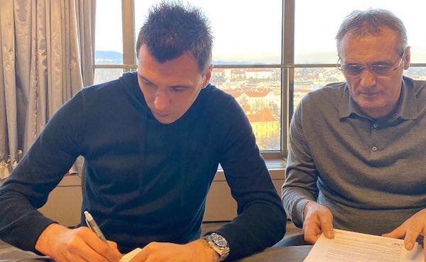 画像:アル・ドゥハイルとの契約にサインするマンジュキッチ