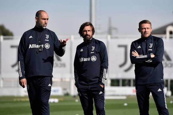 画像:練習を見守るユベントスの監督・コーチ陣