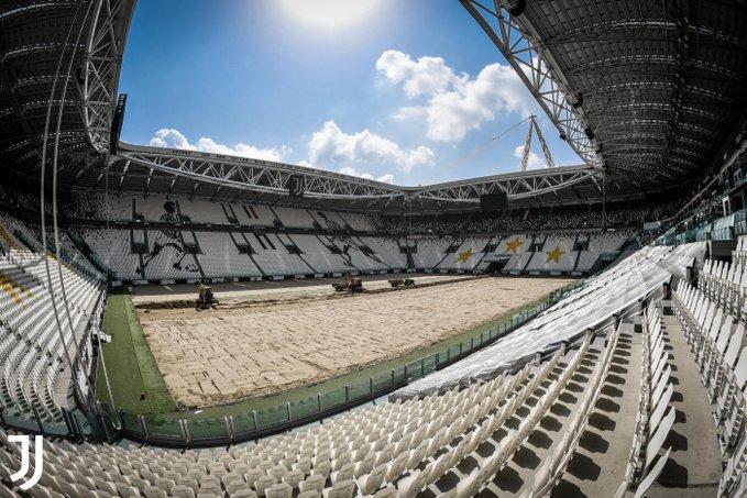 画像:芝の張り替え作業が行われているアリアンツ・スタジアム