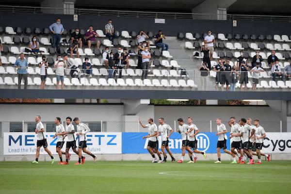 画像:ティフォージの前で練習を行う選手たち