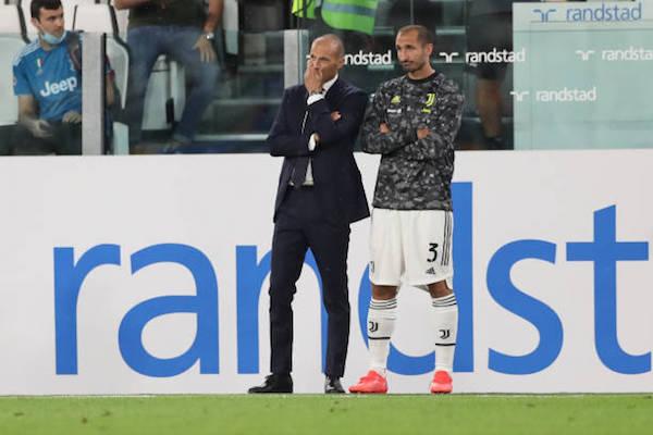 画像:険しい表情で試合を見つめるアッレグリ監督とキエッリーニ
