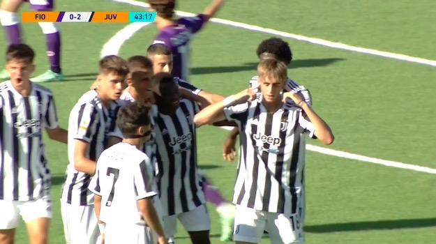画像:ゴールを決めたトゥルコを祝福する選手たち