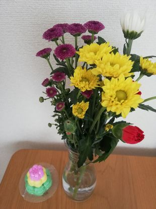 お盆のお供えの花と落雁