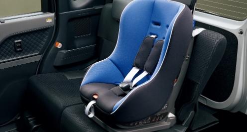 ISOFIX対応チャイルドシート固定バー&トップテザーアンカー(後席)  チャイルドシートをワンタッチで着脱、確実に固定でき、衝突時の前方回転を抑えられます。チャイルドシートを装着した状態でのシートスライドも可能です。