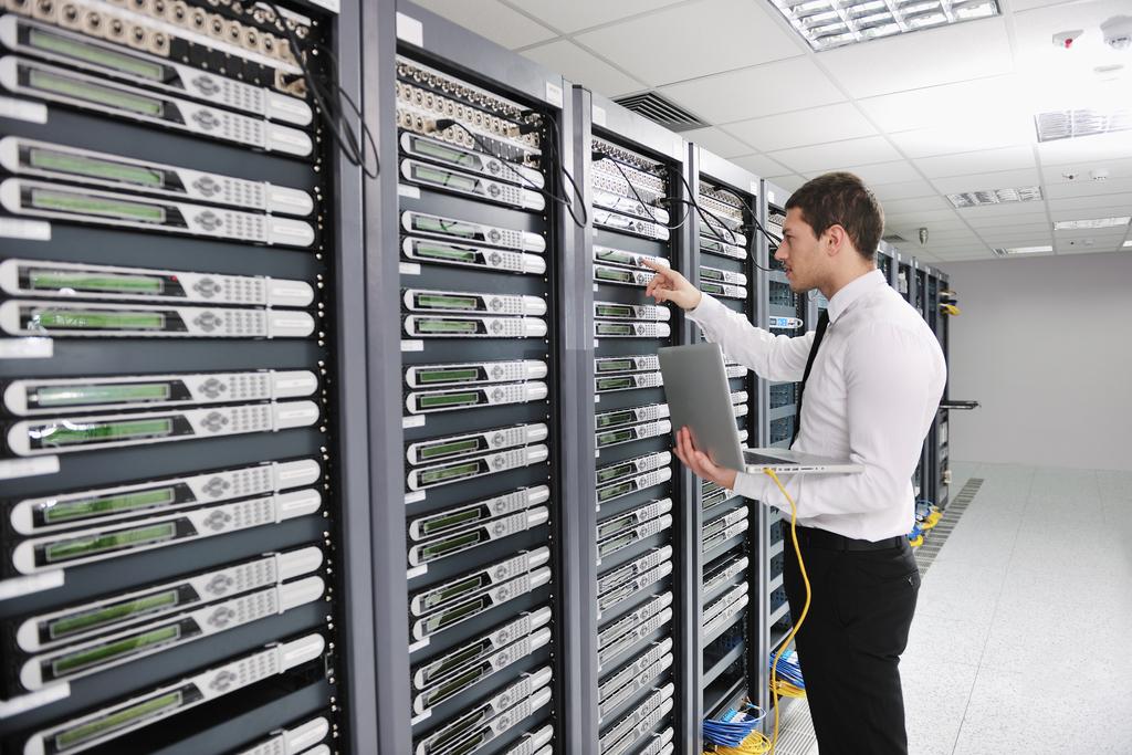 データセンターでサーバーを触りながらスキルを高めるのはインフラエンジニアデビューの王道です