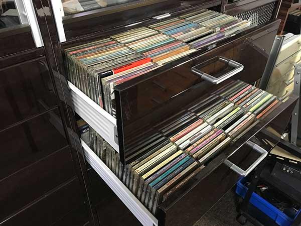 引出しを引いた状態のCDディスク