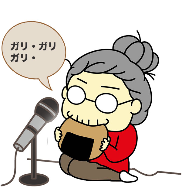 お煎餅を食べる音を録音している女性