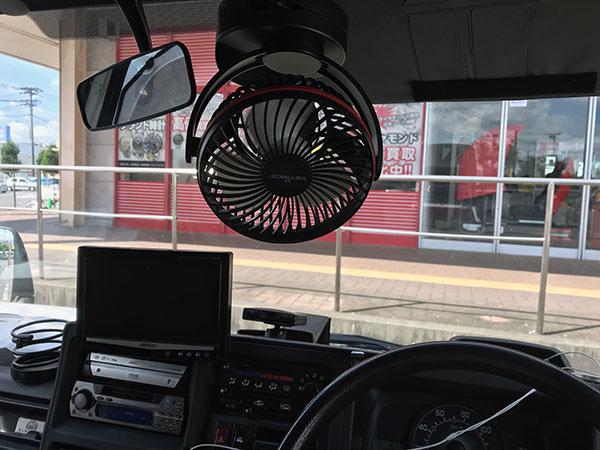 車のバイザーに吊るしたUSB扇風機