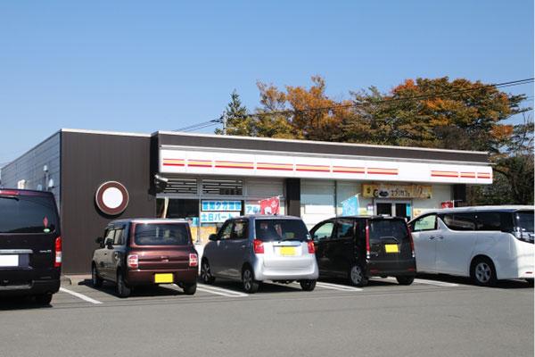 コンビニの駐車場と車