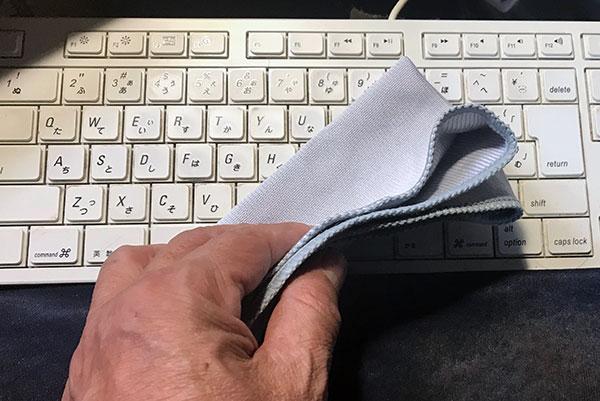 ダイソーのPCクロスでキーボード拭いているイメージ