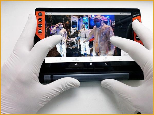 感染者を収容する救急車の様子を手袋をしてタブレットで見ている状況