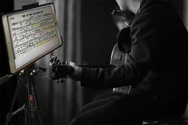 iPadの楽譜を見てLIVE演奏をしているミュージシャン