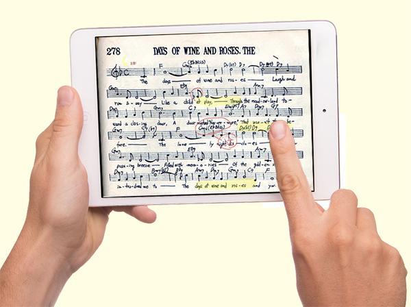 iPadに表示されている楽譜をタッチしている