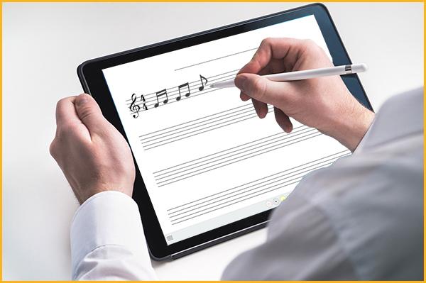 iPodで楽譜を作っている男性