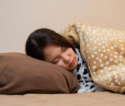 コロナ感染で徹底的に眠っている女性
