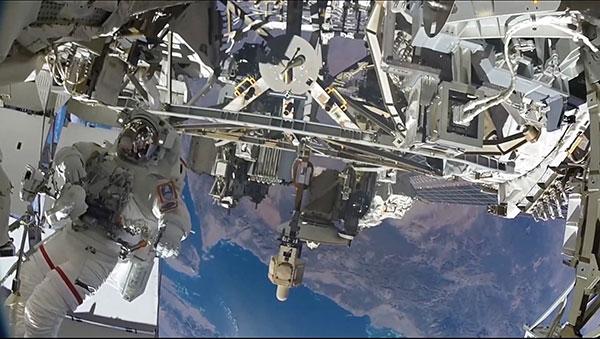 国際宇宙ーステーションで作業している宇宙飛行士技術者