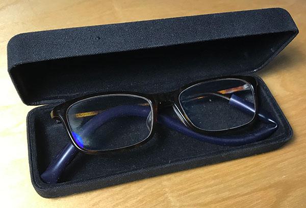 メガネケースに収まっているメガネ