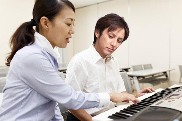 ピアノ教室に通って学んでいる男性