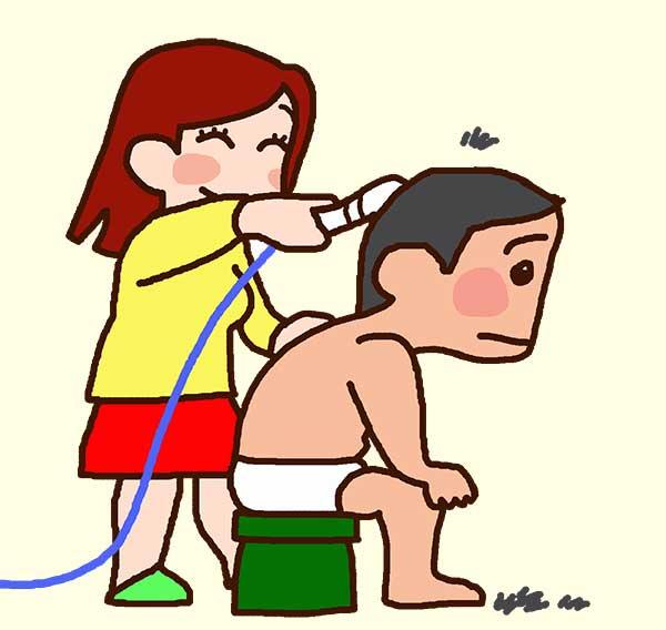 家でバリカンを使って散髪している姿