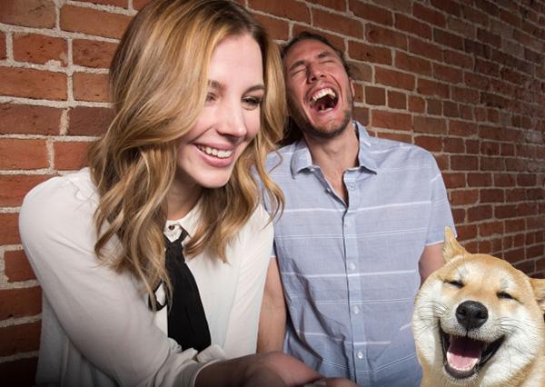 笑っているカップルと犬