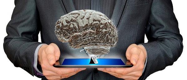 脳を差し出しているビジネス男性