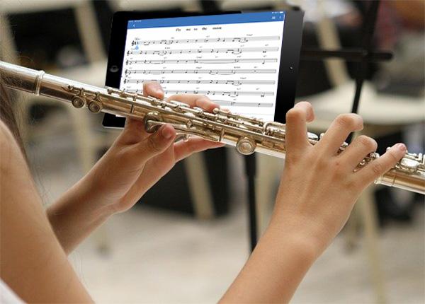 iPadにmusescoreを楽譜にしているフルート奏者