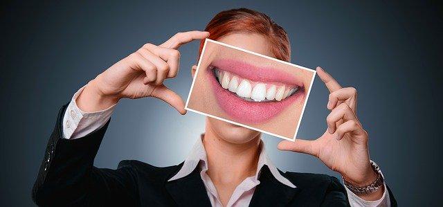 口角を引っ張って微笑む
