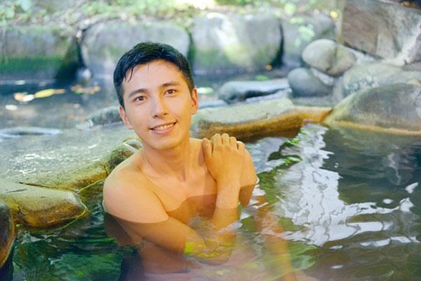 温泉に入って幸せを感じる男性