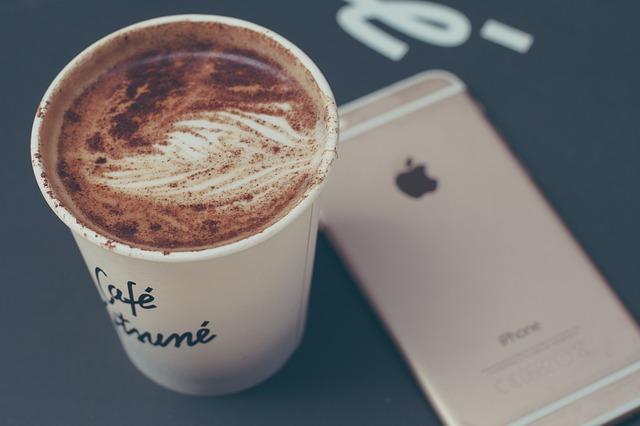iPhoneとカップコーヒー