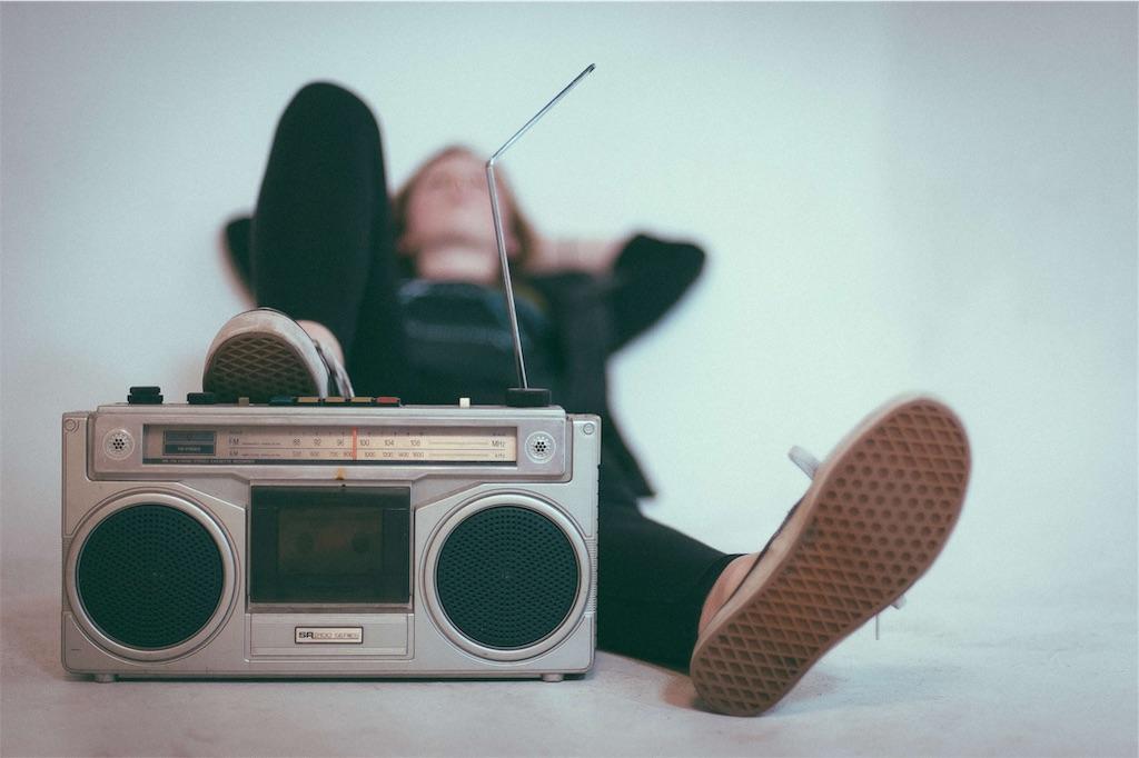 大きいグレーのラジオ