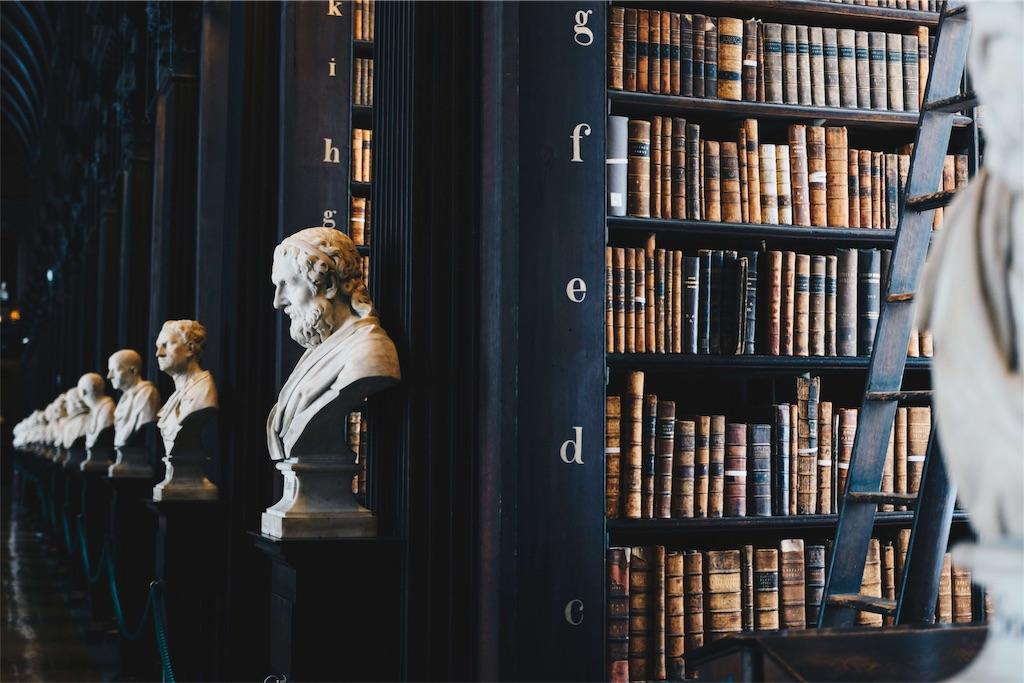 彫刻が配された本棚