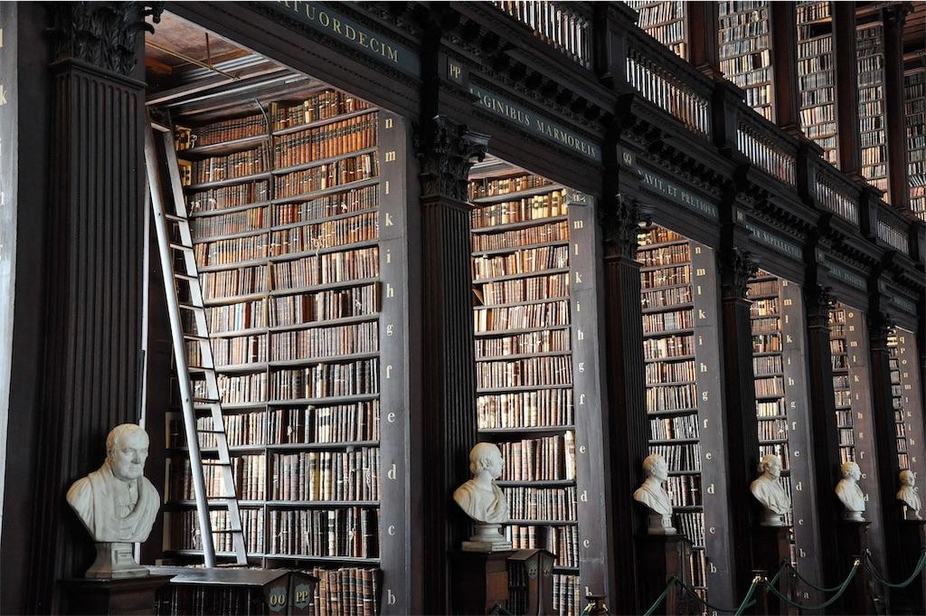 重厚な雰囲気の暗い図書館