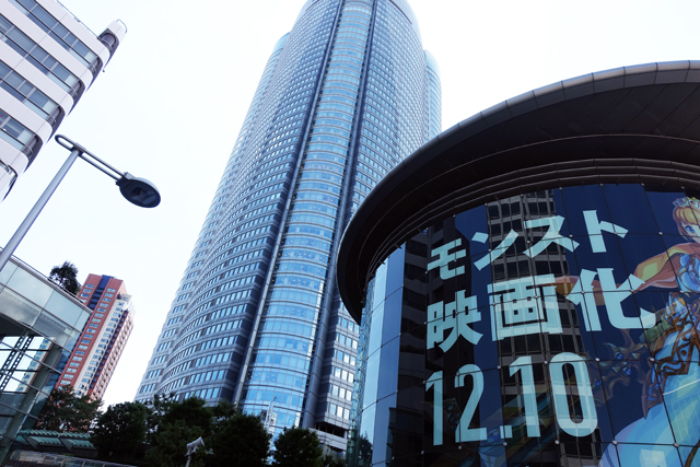 「モンスト映画化」の広告と高層ビル