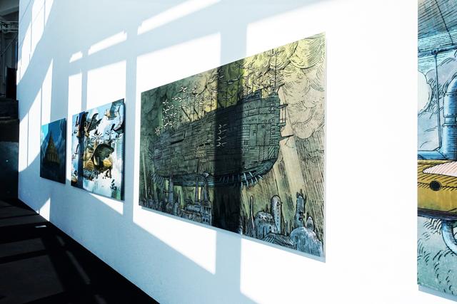 壁に並ぶ「空とぶ機械達展」の作品