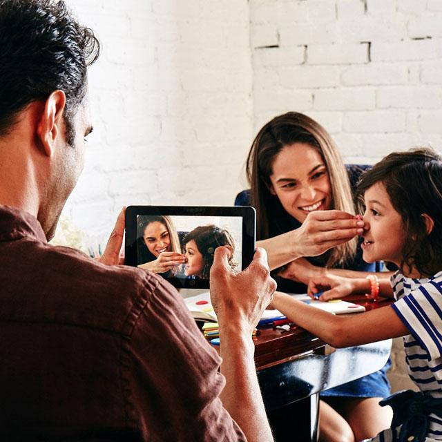 息子の鼻を摘む母と、その様子をFireタブレットで撮影する父
