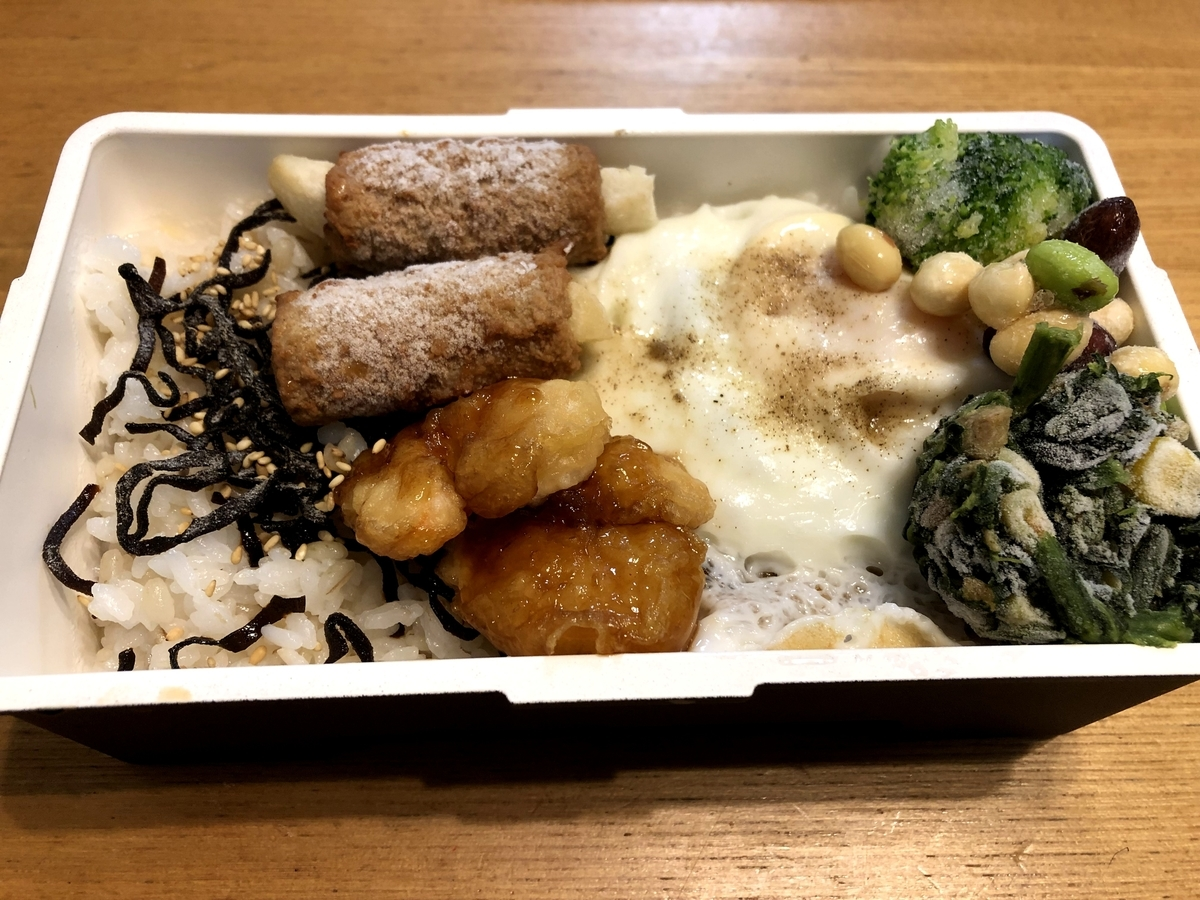 目玉焼き、肉巻ポテト、エビ天ぷら、ブロッコリー、ほうれん草