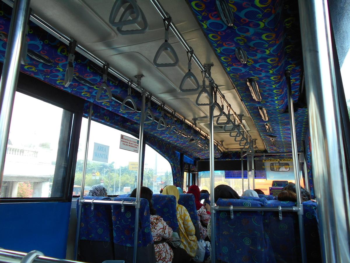 VIPバス 追加料金5,000IDRは車内スタッフへ トランスジャカルタ