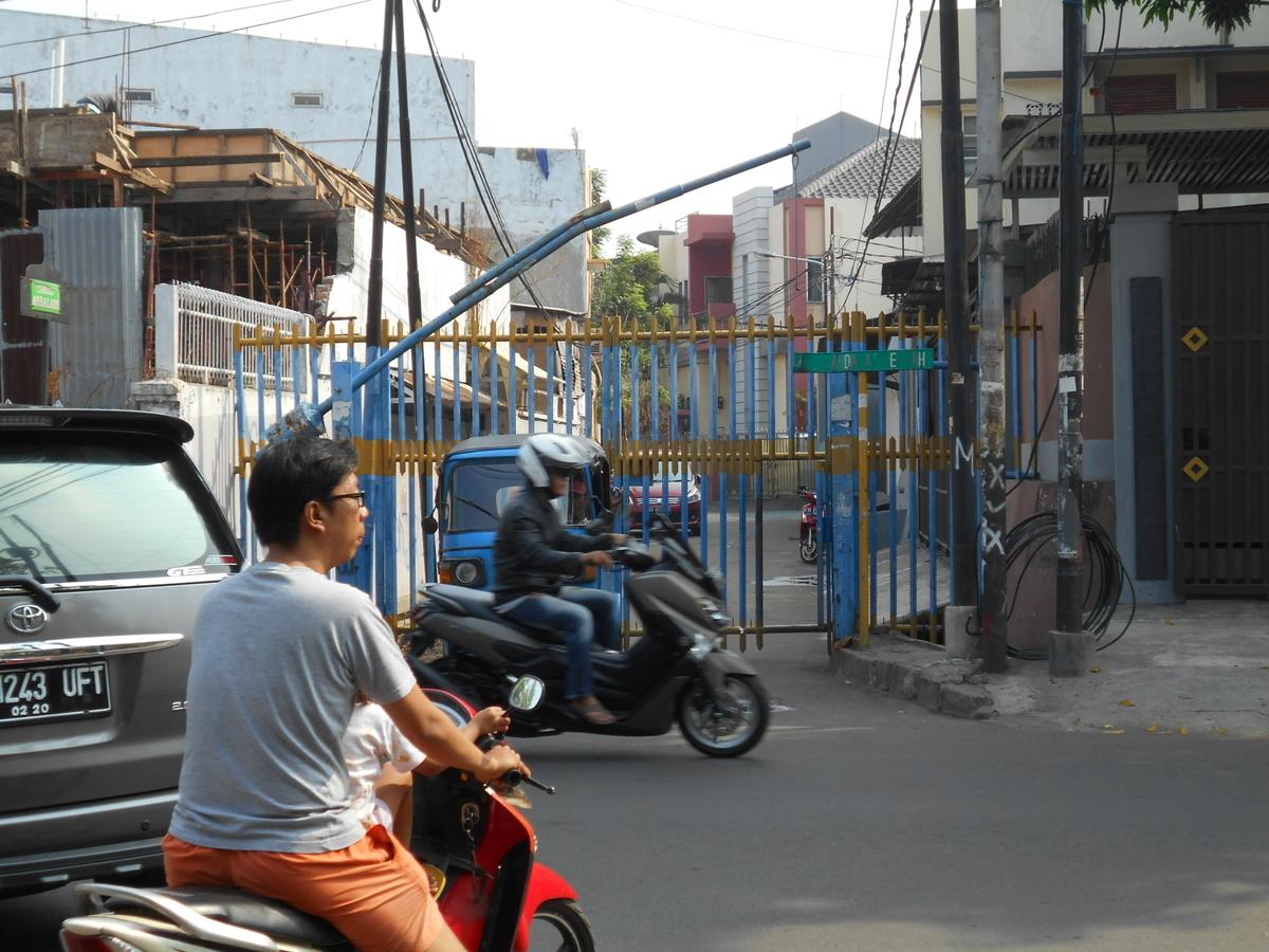 ジャカルタ 住宅街 ゲート
