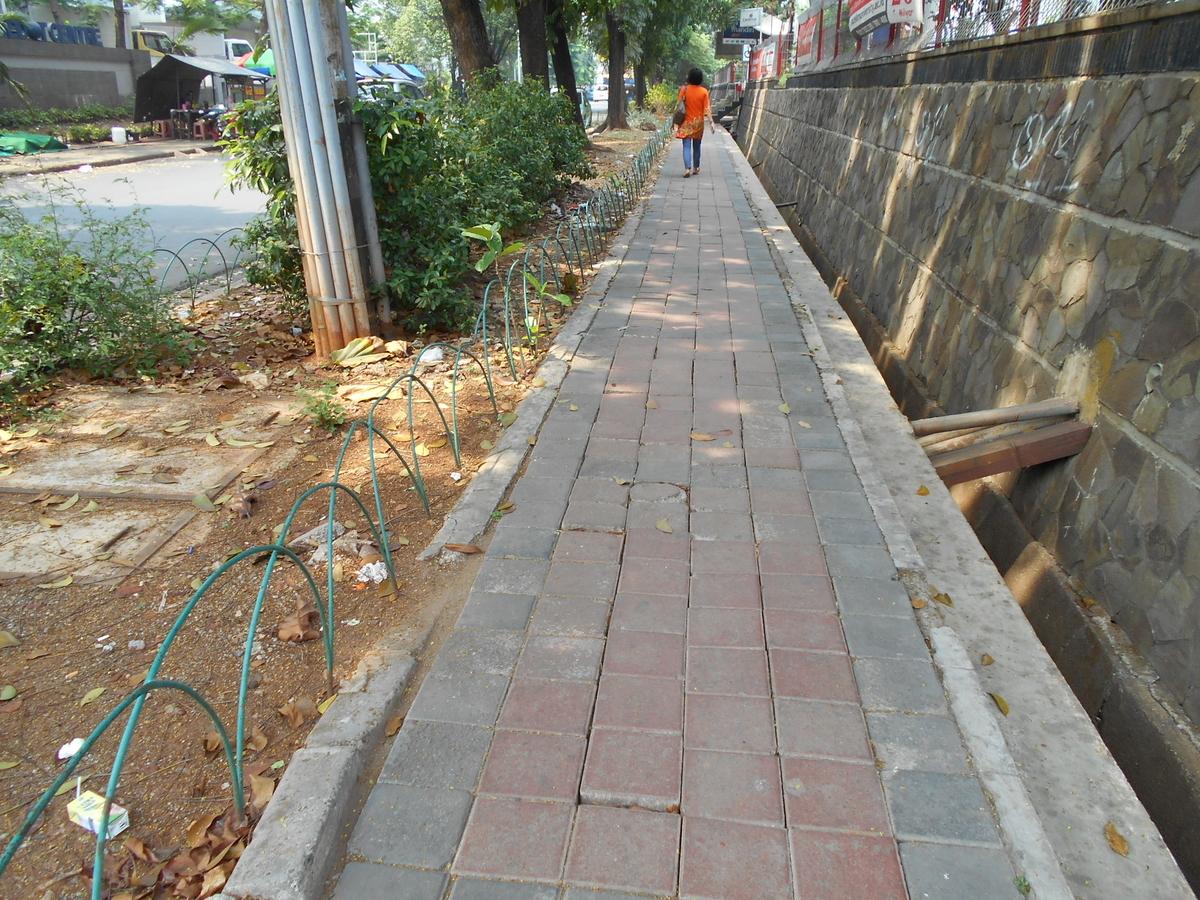 ジャカルタ 歩道