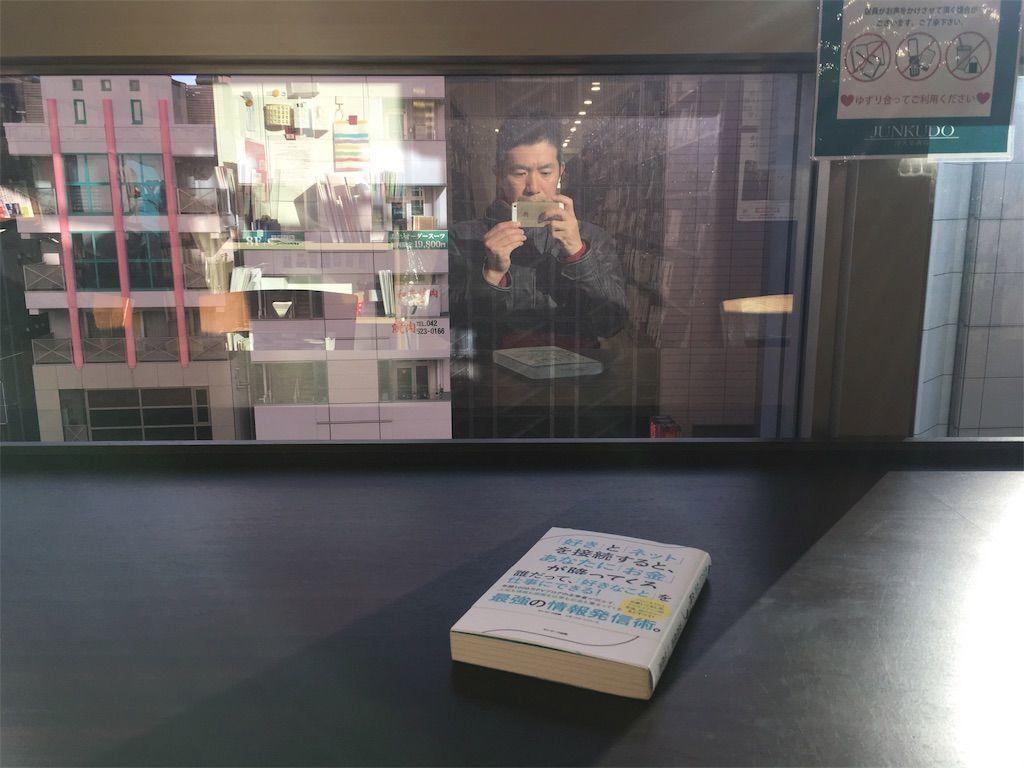 ジュンク堂の座り読みスペースが素晴らしい