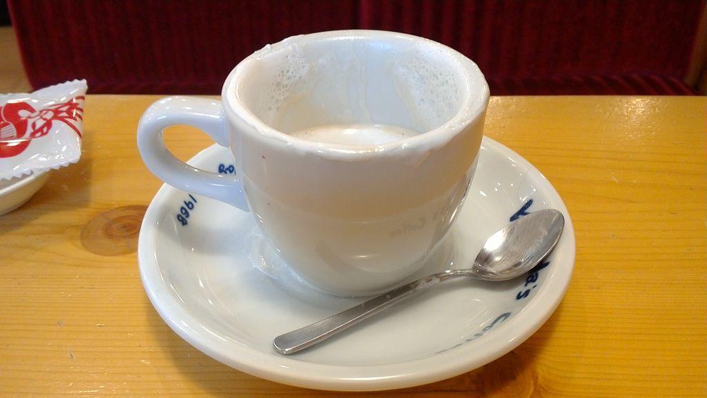 ウインナーコーヒーのホイップクリームがいい感じでフタの役割をしてくれます。