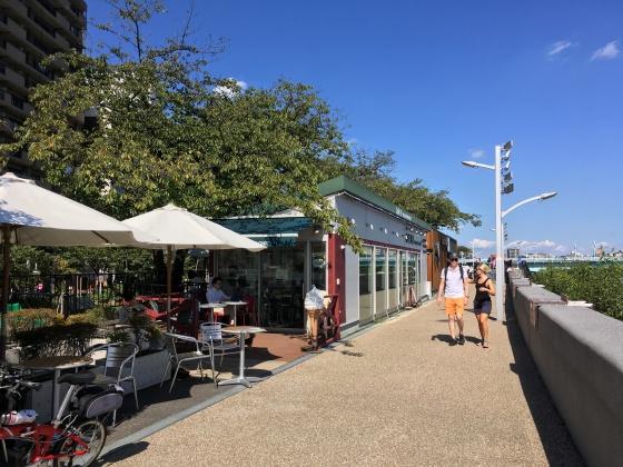 左岸(浅草方面)にあるカフェ。