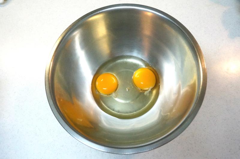 ボウルに卵を入れて、泡だて器で溶いておく