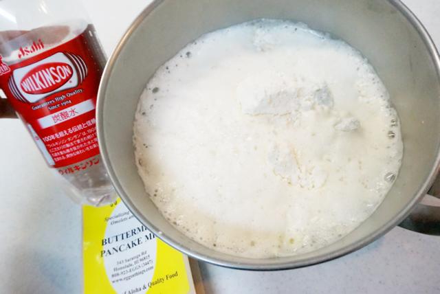 パンケーキミックスと炭酸水を混ぜるとすごい音がする