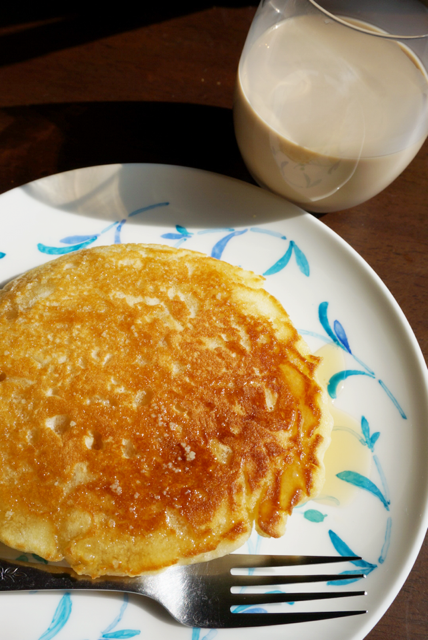 カフェオレとEggs'n Thingsのパンケーキの朝ごはん