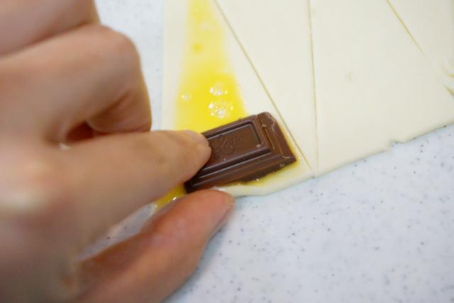 溶き卵を塗ってチョコを置く