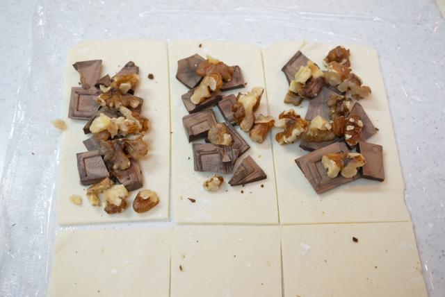 パイシートに砕いたチョコとローストしたくるみを置く