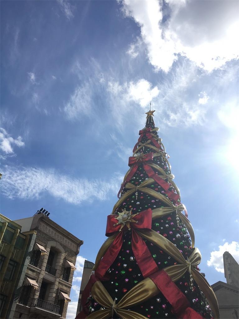 クリスマスツリーって青空似合わないんだね